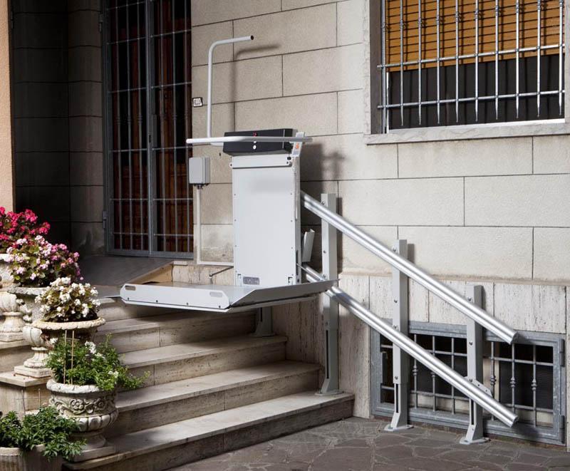 servoscala a piattaforma per il trasporto di persone disabili su carrozzina per scale dritte in esterno