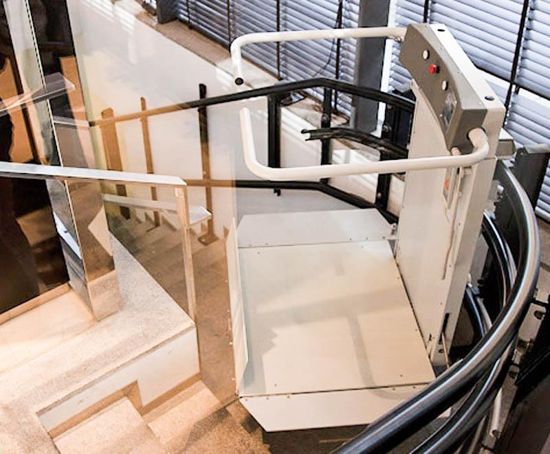 servoscala a piattaforma per il trasporto di persone disabili su carrozzina per scale curve in spazi stretti