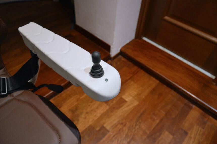 Montascale a poltroncina per anziani con joystick ergonomico e leggero