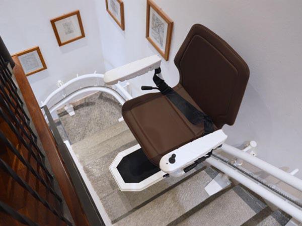 Montascale per disabili e anziani a poltroncina di mobility center