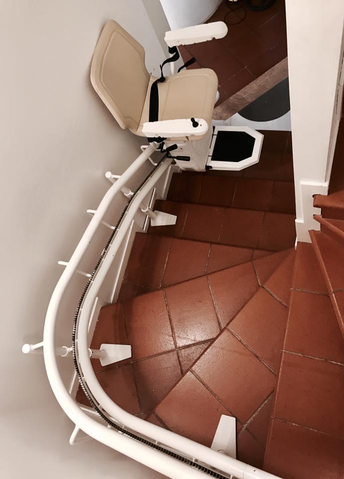 il servoscala a poltrona installato in interni o in casa per aiutare le persone con difficoltà motorie a fare le scale