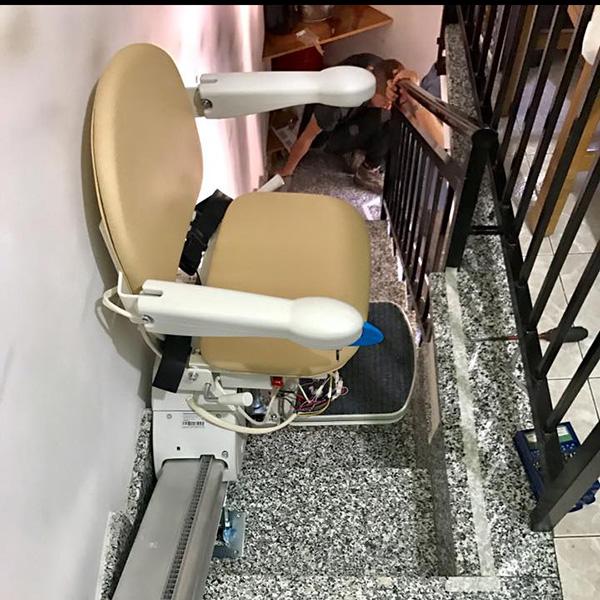 montascale a poltroncina installato presso un cliente in sardegna