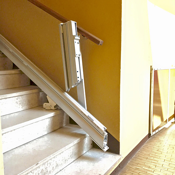 montascale per disabili mobility per scale dritte installato presso un cliente a varese