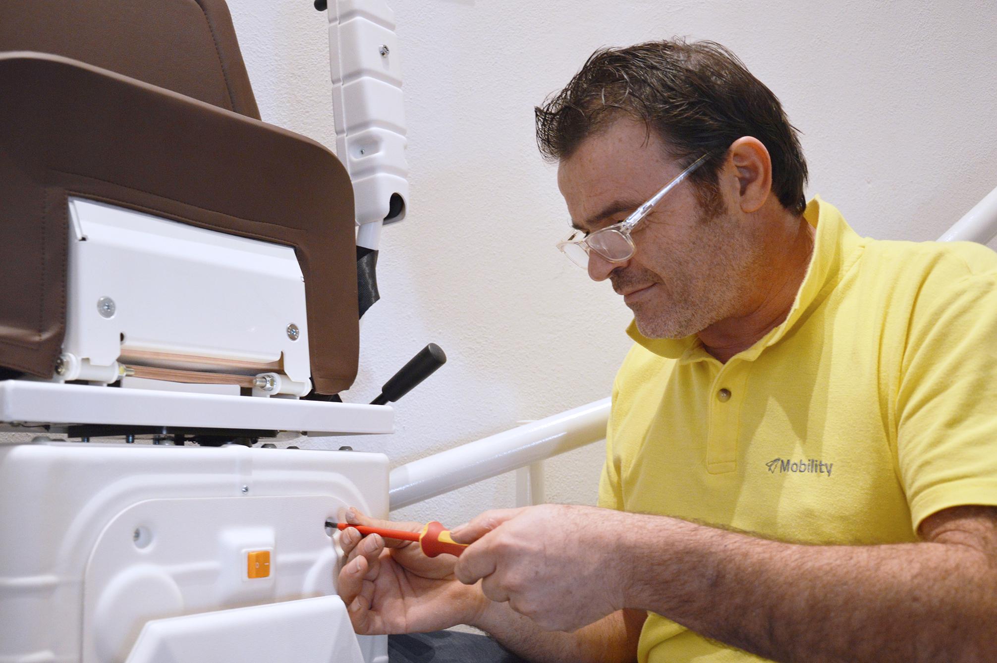 tecnico mobility mentre installa un montascale a poltroncina