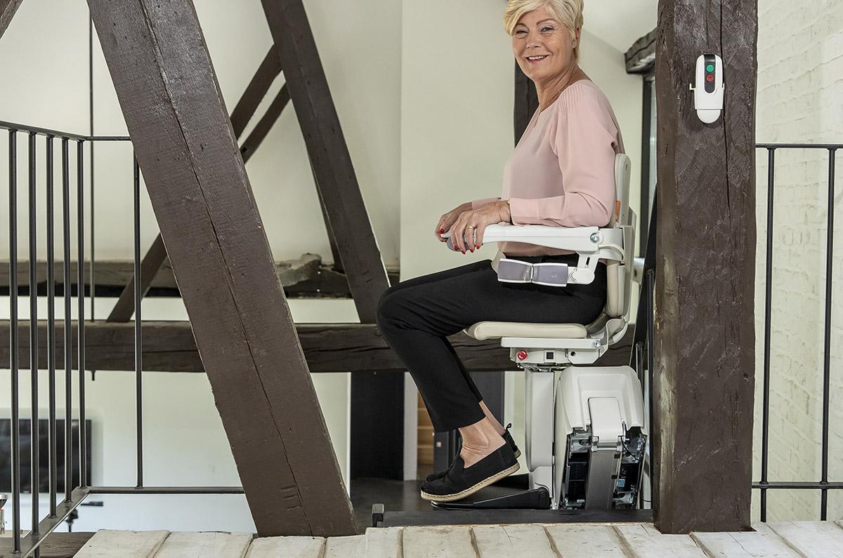 servoscala per disabile e anziani con sedile girevole per salire comodamente le scale di casa