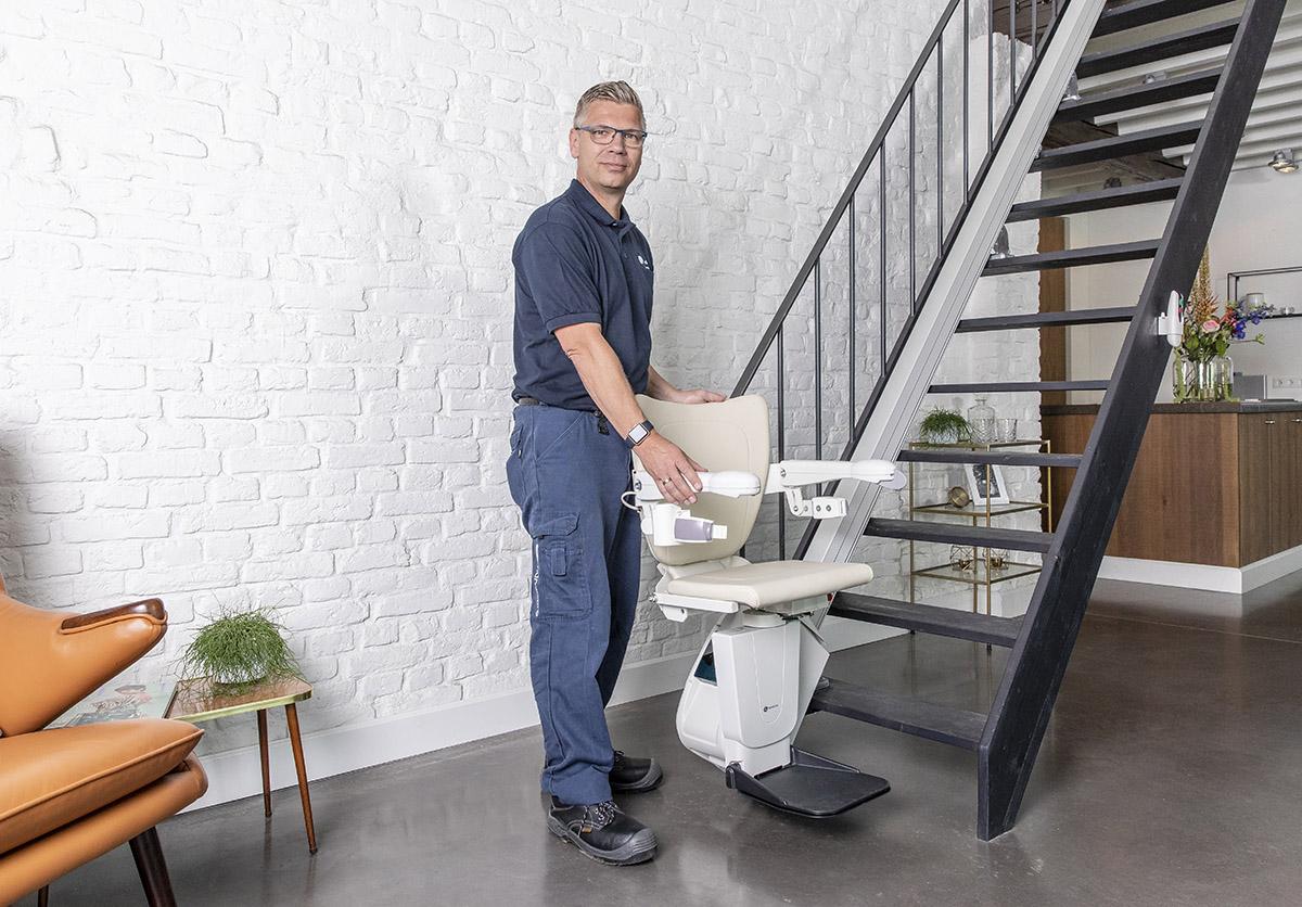 tecnico mobility mentre installa un servoscala